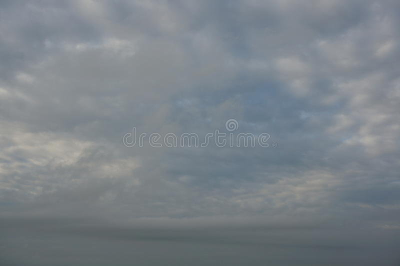 Σκοτεινός δυσοίωνος γκρίζος νεφελώδης ουρανός θύελλας στοκ φωτογραφίες