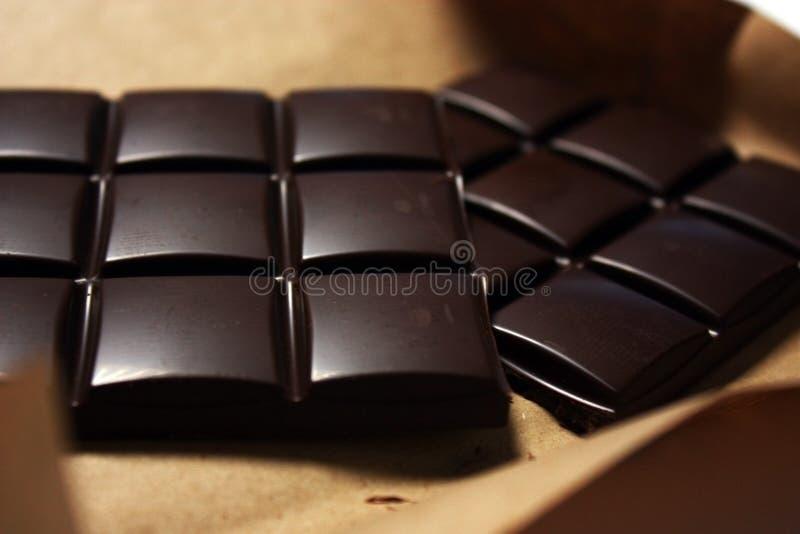 Σκοτεινός φραγμός σοκολάτας στο πακέτο backround στοκ φωτογραφίες με δικαίωμα ελεύθερης χρήσης