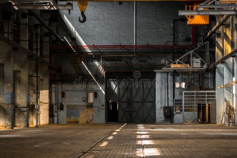 Σκοτεινό βιομηχανικό εσωτερικό ενός κτηρίου στοκ εικόνα