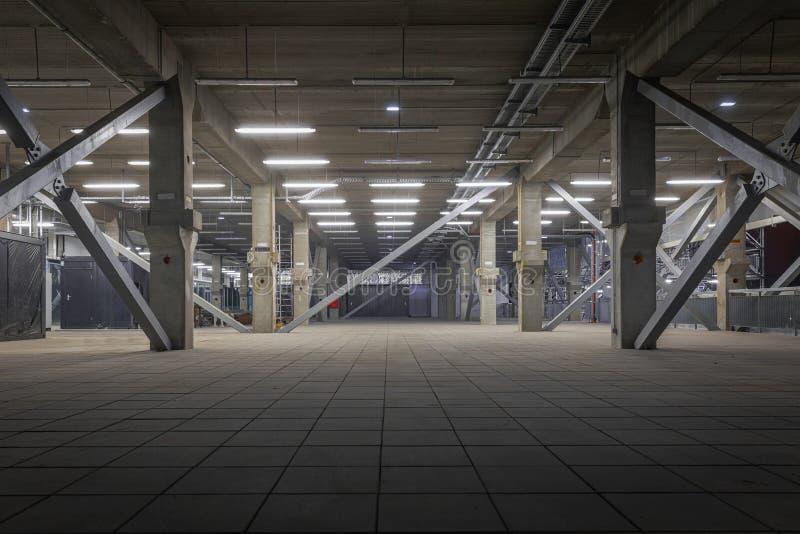 Σκοτεινό βιομηχανικό εσωτερικό υπόγεια στοκ φωτογραφίες με δικαίωμα ελεύθερης χρήσης
