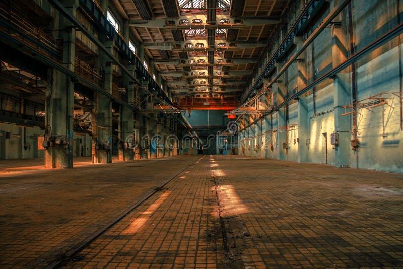 Σκοτεινό βιομηχανικό εσωτερικό στοκ εικόνα με δικαίωμα ελεύθερης χρήσης