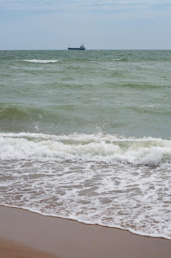 Σκοτεινό γκρίζο θυελλώδες seascape με τον άσπρο αφρό θάλασσας στα κύματα στοκ φωτογραφίες