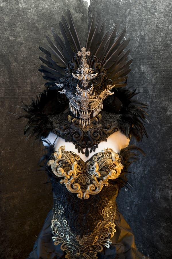 Σκοτεινό γοτθικό φόρεμα που διαμορφώνεται από μια ασημένια τιάρα μετάλλων και χρυσό έναν ομο στοκ φωτογραφίες με δικαίωμα ελεύθερης χρήσης