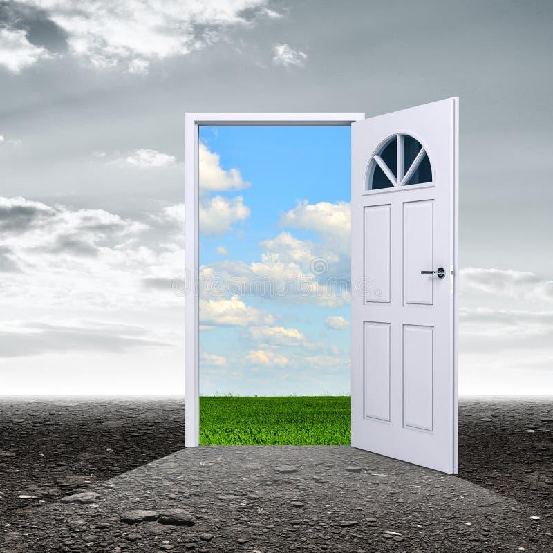 Σκοτεινό δωμάτιο με την πόρτα που ανοίγει στη θερινή ημέρα στοκ εικόνα με δικαίωμα ελεύθερης χρήσης
