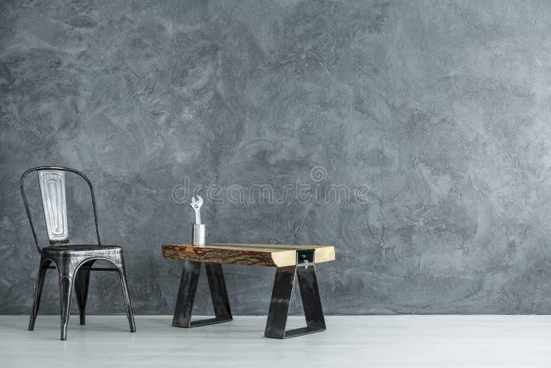 Σκοτεινό δωμάτιο Handyman ` s με την καρέκλα στοκ εικόνα