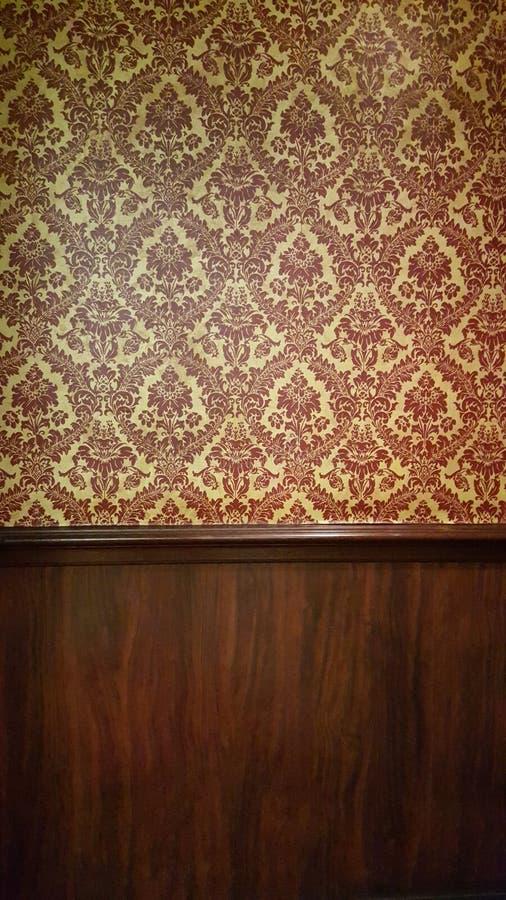 Σκοτεινό εσωτερικό δωμάτιο με την μπαρόκ ταπετσαρία στοκ εικόνες με δικαίωμα ελεύθερης χρήσης