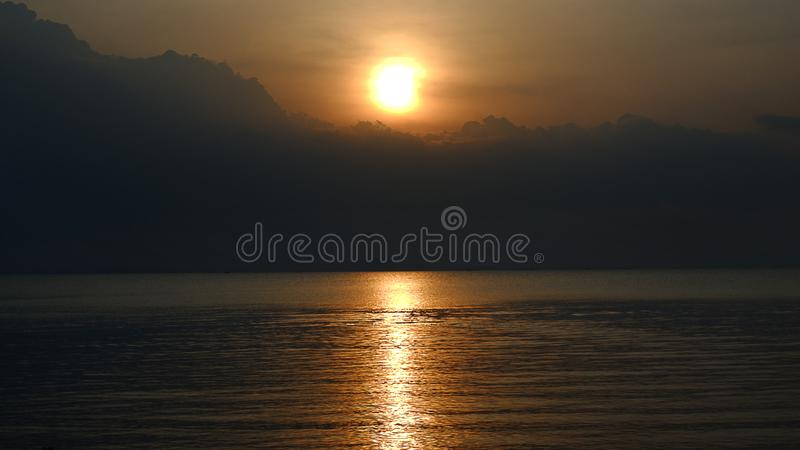 Σκοτεινό ηλιοβασίλεμα ηλιοβασιλέματος με τα μαύρα σύννεφα στοκ φωτογραφίες