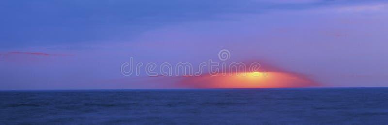 Σκοτεινό ηλιοβασίλεμα πέρα από το ακρωτήριο Μάιος στοκ εικόνες