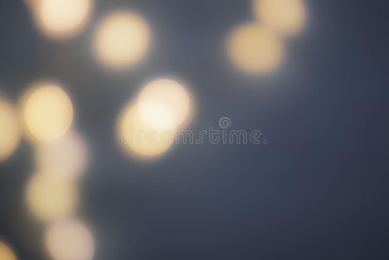 Σκοτεινό θολωμένο υπόβαθρο με τα μονοχρωματικά μεγάλα φω'τα στο αριστερό στοκ εικόνες με δικαίωμα ελεύθερης χρήσης