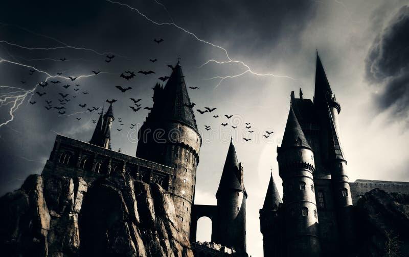 Σκοτεινό κάστρο με ιπτάμενες νυχτερίδες στοκ εικόνα με δικαίωμα ελεύθερης χρήσης