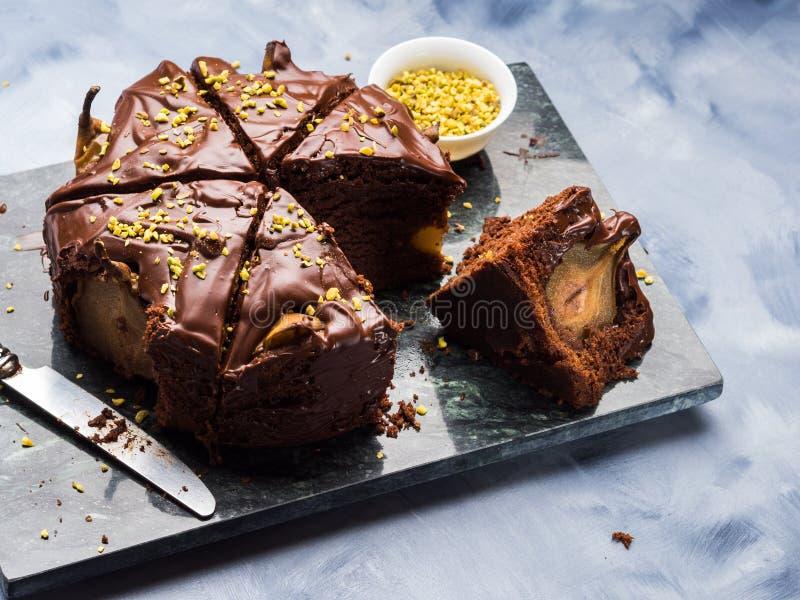 Σκοτεινό κέικ σοκολάτας με τα αχλάδια και το φυστίκι στοκ εικόνες