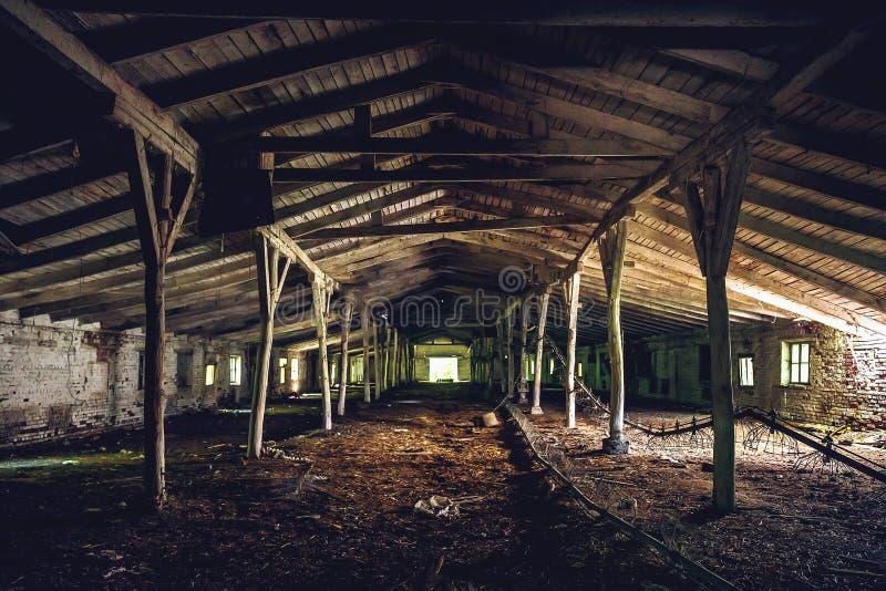 Σκοτεινό κενό εγκαταλειμμένο βιομηχανικό κτήριο αποθηκών εμπορευμάτων, προοπτική σηράγγων στοκ εικόνες με δικαίωμα ελεύθερης χρήσης