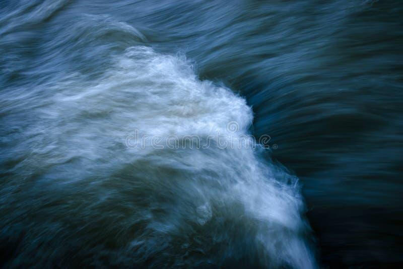 Σκοτεινό πέπλο στον ποταμό στοκ φωτογραφίες με δικαίωμα ελεύθερης χρήσης