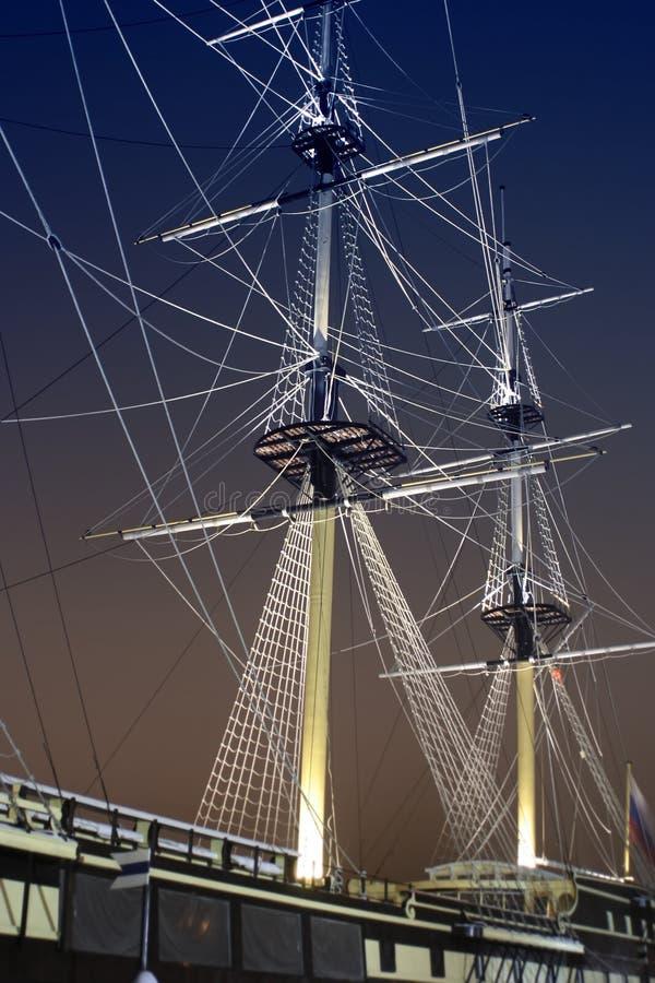 Download σκοτεινό πλέοντας σκάφος σχοινιών ιστών κριτικών επιτροπών Στοκ Εικόνα - εικόνα από κάπρων, ωκεανός: 525799