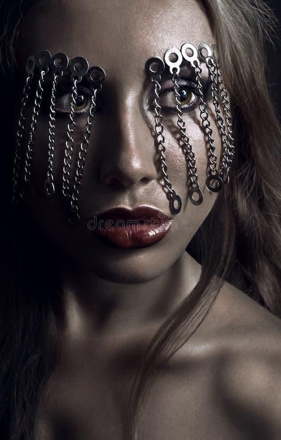 Σκοτεινό πορτρέτο ομορφιάς στούντιο με τις αλυσίδες στοκ φωτογραφίες