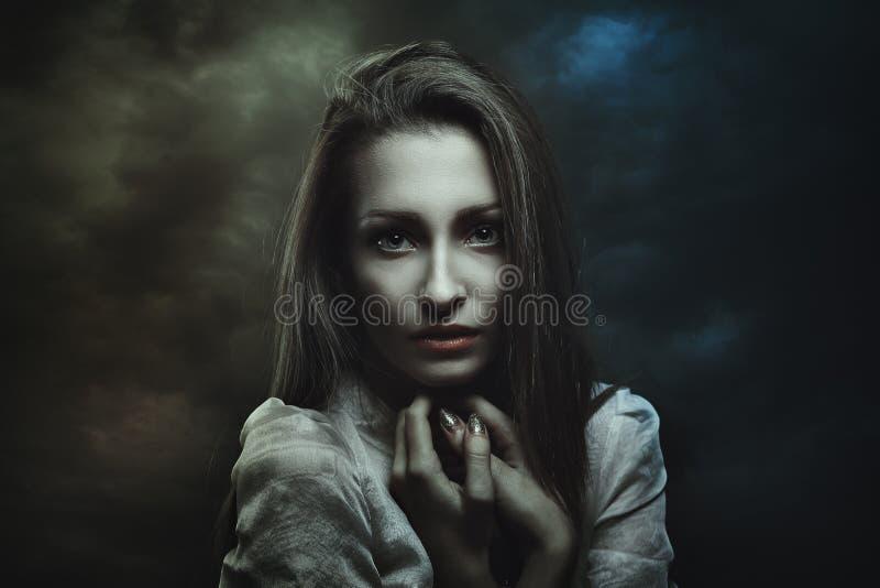 Σκοτεινό πορτρέτο της μυστήριας γυναίκας στοκ εικόνες με δικαίωμα ελεύθερης χρήσης
