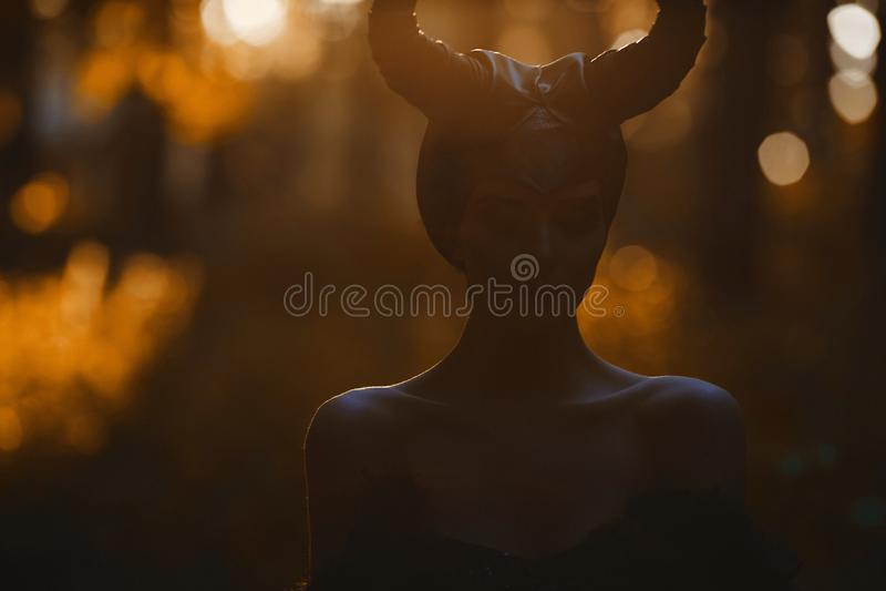 Σκοτεινό πορτρέτο του όμορφου και αισθησιακού πρότυπου κοριτσιού brunette στην εικόνα επιβλαβούς - ιστορία παραμυθιού cosplay στοκ φωτογραφίες
