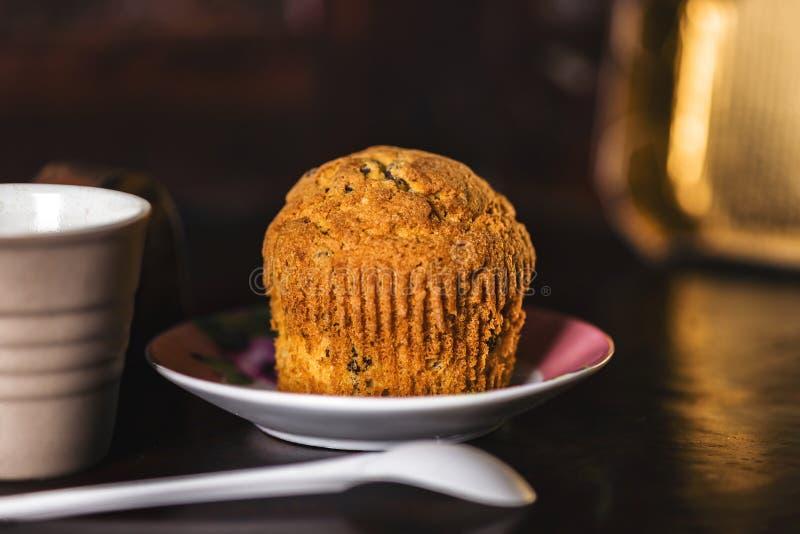 Σκοτεινό ρομαντικό muffin σύνολο στοκ φωτογραφία