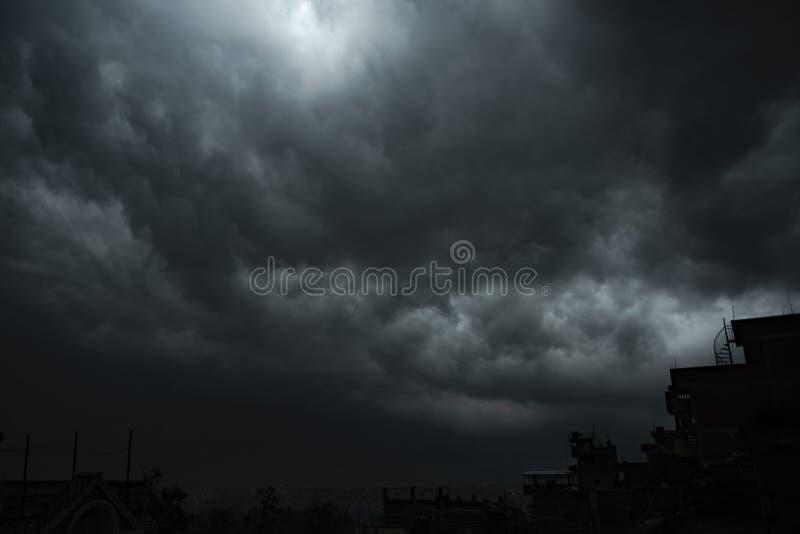 Σκοτεινό σύννεφο και φωτισμός το πρωί στοκ φωτογραφία με δικαίωμα ελεύθερης χρήσης