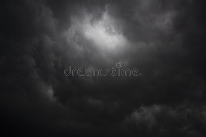 Σκοτεινό σύννεφο και φωτισμός το πρωί στοκ φωτογραφίες
