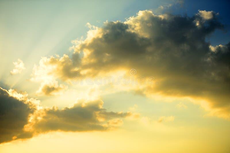 Σκοτεινό υπόβαθρο σύννεφων του ηλιοβασιλέματος thunder-storm στη θάλασσα στοκ εικόνες