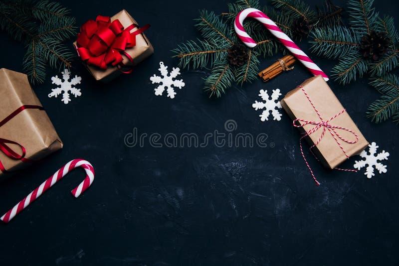 Σκοτεινό υπόβαθρο Χριστουγέννων με τις σφαίρες κιβωτίων δώρων διακοσμήσεων Χριστουγέννων στοκ φωτογραφίες