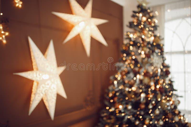 Σκοτεινό υπόβαθρο Χριστουγέννων, νέο χριστουγεννιάτικο δέντρο σφαιρών έτους κινηματογραφήσεων σε πρώτο πλάνο στοκ εικόνα με δικαίωμα ελεύθερης χρήσης