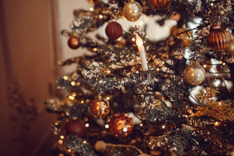 Σκοτεινό υπόβαθρο Χριστουγέννων, νέο χριστουγεννιάτικο δέντρο σφαιρών έτους κινηματογραφήσεων σε πρώτο πλάνο στοκ εικόνες