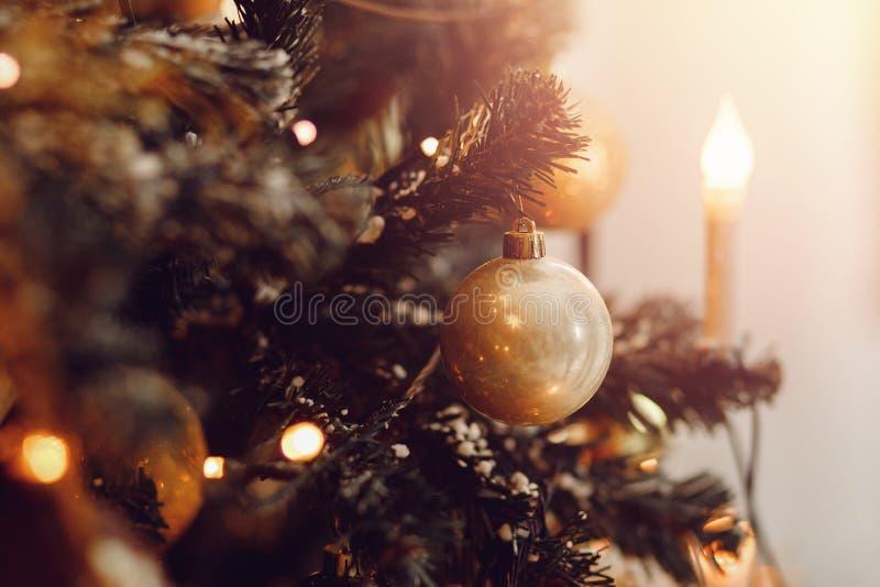 Σκοτεινό υπόβαθρο Χριστουγέννων, νέο χριστουγεννιάτικο δέντρο σφαιρών έτους κινηματογραφήσεων σε πρώτο πλάνο στοκ εικόνα