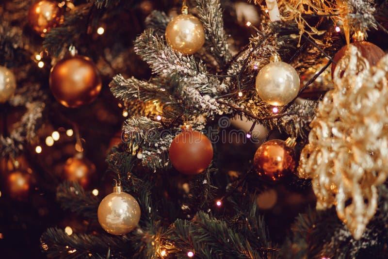 Σκοτεινό υπόβαθρο Χριστουγέννων, νέο χριστουγεννιάτικο δέντρο σφαιρών έτους κινηματογραφήσεων σε πρώτο πλάνο στοκ εικόνες με δικαίωμα ελεύθερης χρήσης