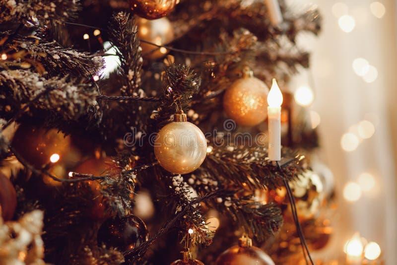 Σκοτεινό υπόβαθρο Χριστουγέννων, νέο χριστουγεννιάτικο δέντρο σφαιρών έτους κινηματογραφήσεων σε πρώτο πλάνο στοκ φωτογραφίες