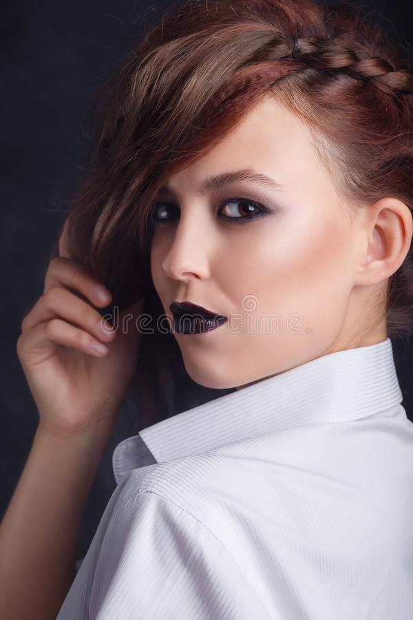Σκοτεινό makeup Όμορφο νέο κορίτσι μόδας με το μαύρο κραγιόν Γοητευτικό πρότυπο με τη σκοτεινή στιλπνή τοποθέτηση makeup στο στού στοκ φωτογραφία με δικαίωμα ελεύθερης χρήσης