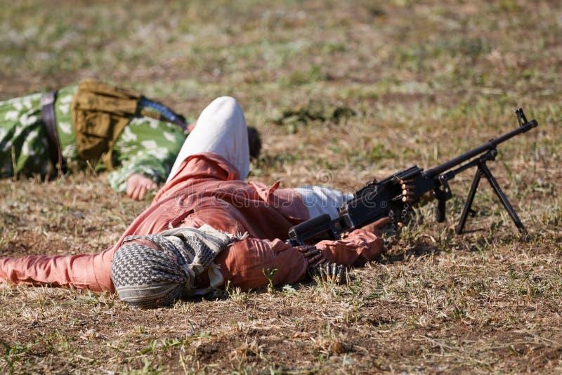 Σκοτωμένος με το πολυβόλο βρίσκεται στο πεδίο μάχη στοκ εικόνα με δικαίωμα ελεύθερης χρήσης