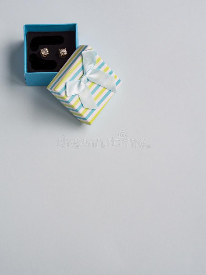 Σκουλαρίκια στο κιβώτιο δώρων στοκ εικόνα