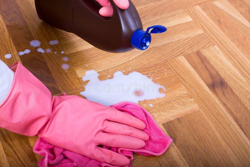 Σκουπίζοντας πάτωμα γυναικών με το ύφασμα στοκ εικόνες