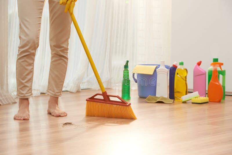 Σκουπίζοντας πάτωμα με τη σκούπα στοκ φωτογραφία με δικαίωμα ελεύθερης χρήσης