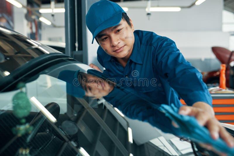 Σκουπίζοντας παράθυρο αυτοκινήτων στοκ φωτογραφία με δικαίωμα ελεύθερης χρήσης