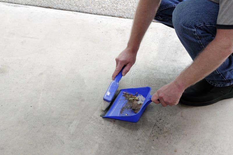 Σκουπίζοντας ρύπος πατωμάτων Dustpan στοκ φωτογραφία