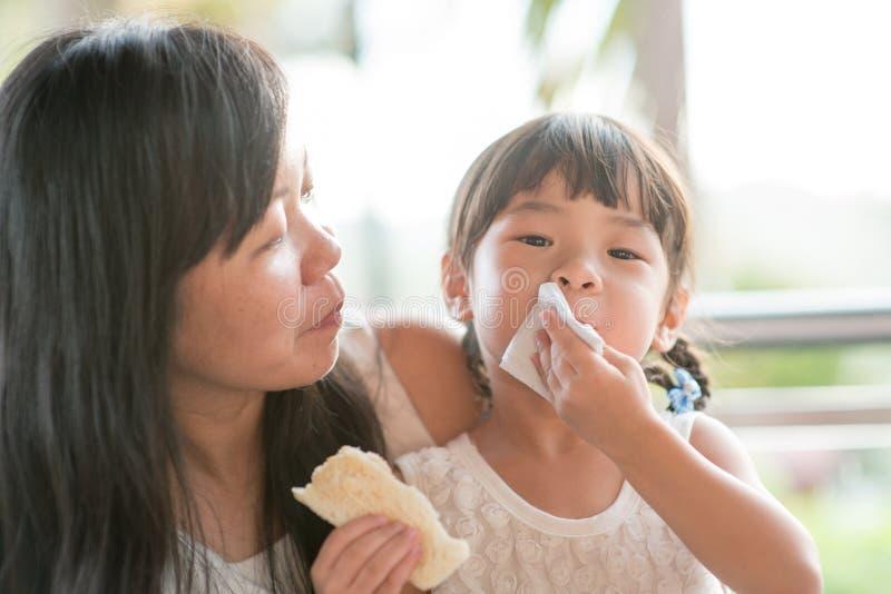 Σκουπίζοντας στόμα παιδιών στοκ εικόνες με δικαίωμα ελεύθερης χρήσης