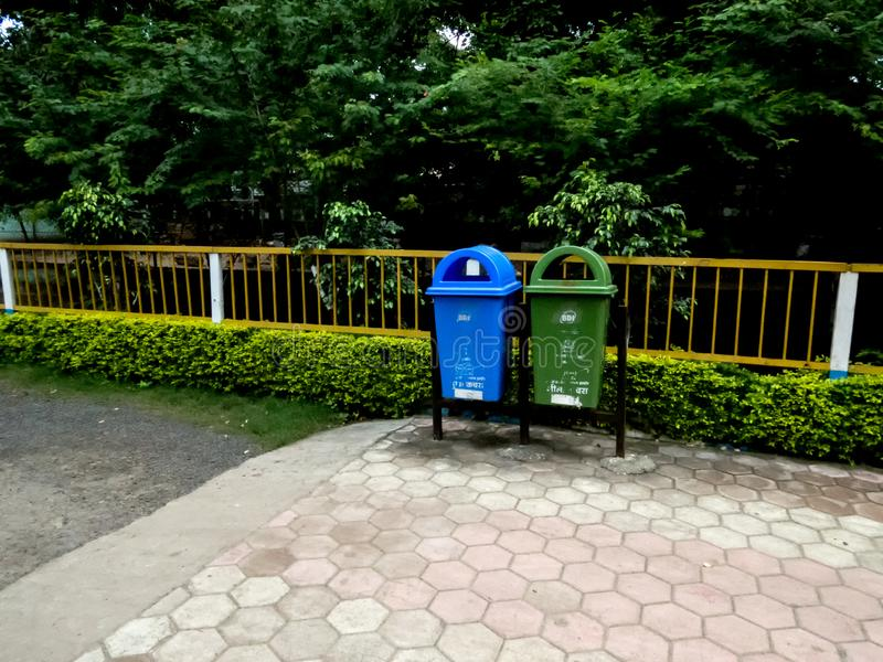 Σκουπιδοτενεκές που τοποθετείται σε μια κήπος-Ινδία στοκ εικόνα με δικαίωμα ελεύθερης χρήσης