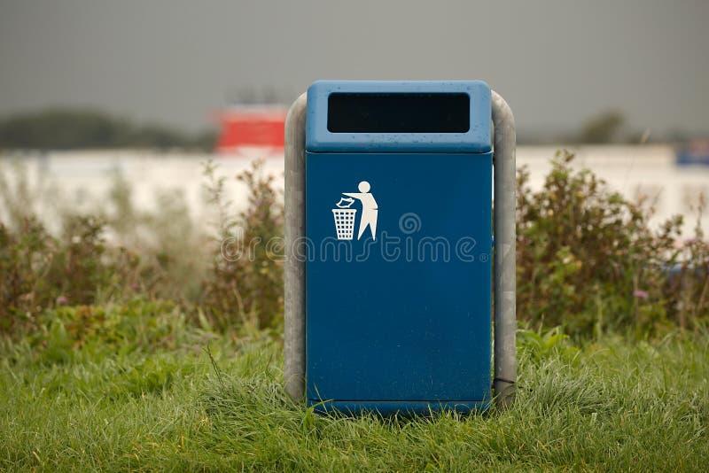 Σκουπιδοτενεκές σε ένα πάρκο στοκ φωτογραφία