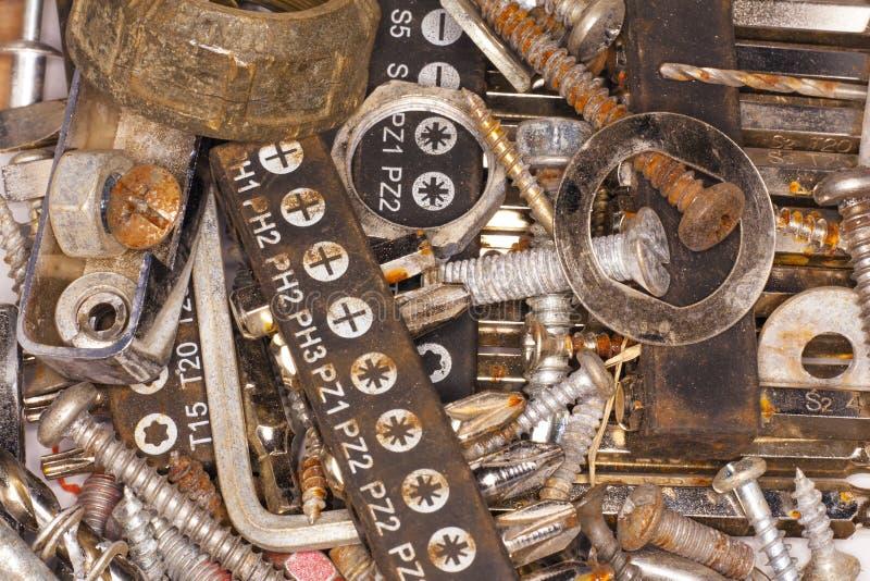 Σκουριασμένα βίδες, καρφιά και εργαλεία στοκ εικόνα