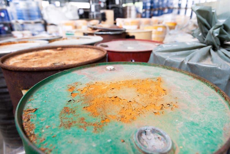 Σκουριασμένα βαρέλια με τα τοξικά χημικά απόβλητα στοκ εικόνες