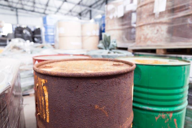 Σκουριασμένα βαρέλια με τα τοξικά χημικά απόβλητα στοκ εικόνα