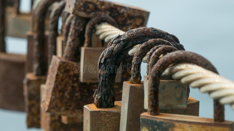 Σκουριασμένα, διαβρωμένα κλειδαριές αγάπης/λουκέτα που συνδέονται με μια γέφυρα στοκ φωτογραφία με δικαίωμα ελεύθερης χρήσης