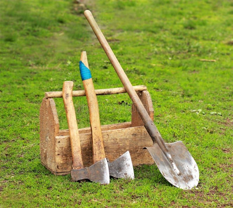 Σκουριασμένα παλαιά ξύλινα εργαλεία και όργανα στοκ εικόνα