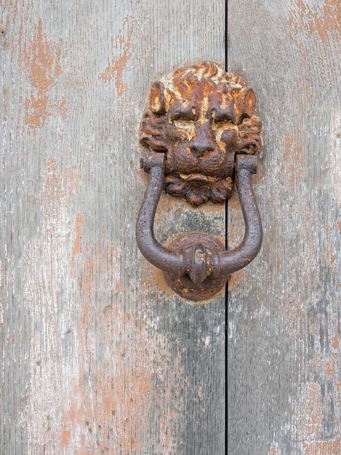Σκουριασμένα παλαιά ρόπτρα πορτών σιδήρου στην πόρτα λιοντάρι στοκ εικόνα