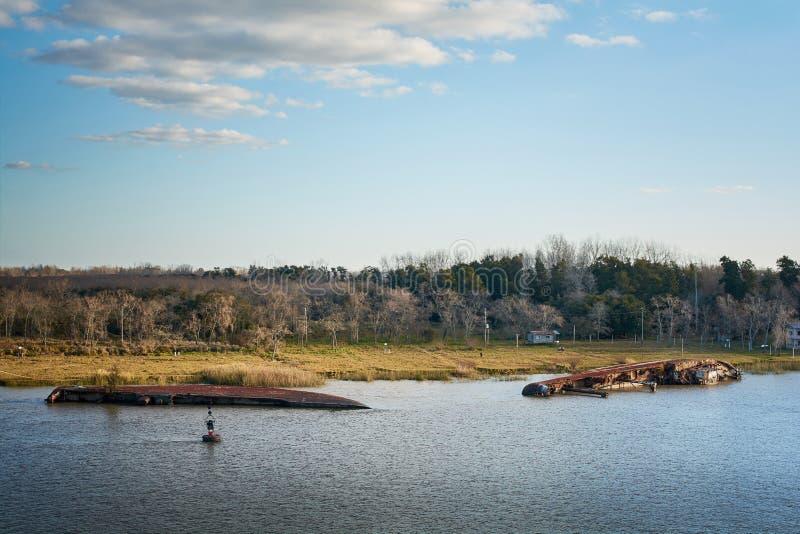 Σκουριασμένα στηριγμένα συντρίμμια σκαφών που βάζουν στα ρηχά νερά Campana στον ποταμό, Αργεντινή στοκ φωτογραφία