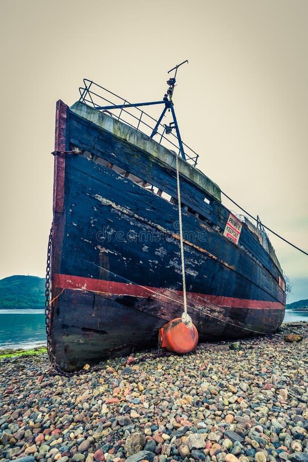 Σκουριασμένα συντρίμμια σκαφών στο οχυρό William στην ακτή στοκ εικόνες