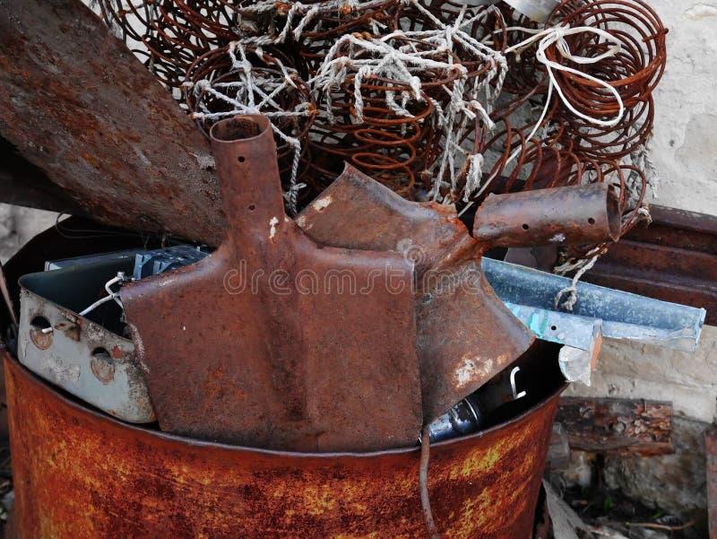 Σκουριασμένα φτυάρια σε ένα βαρέλι στοκ εικόνες με δικαίωμα ελεύθερης χρήσης